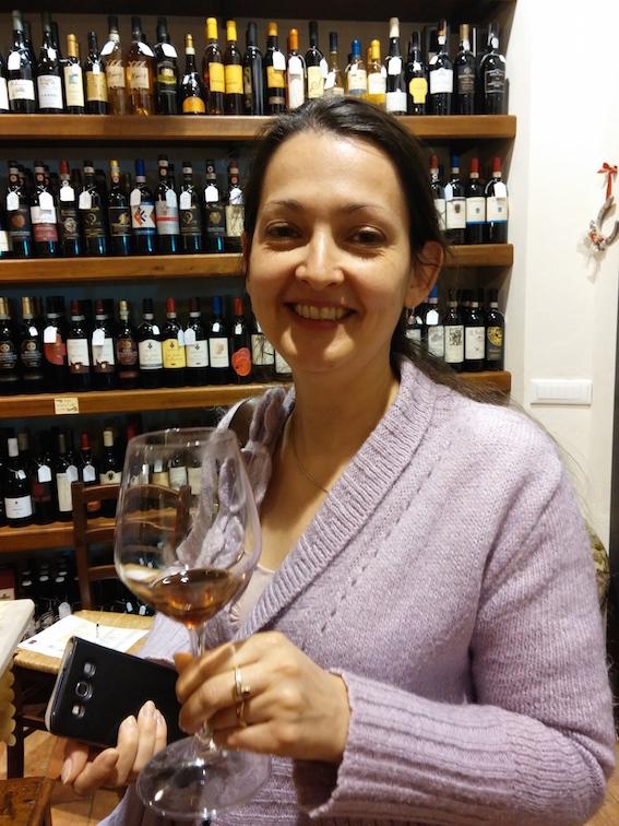 L'amica Angelique con un calice di Vinsanto di Domaine Gavalas.