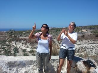 Agnese e Maria Pia Castelli osservano la nuova cantina