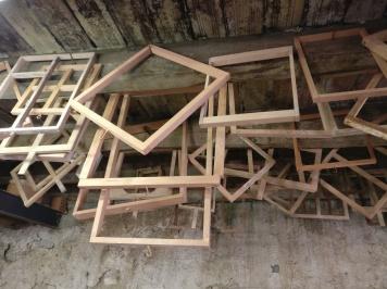 """I """"prosciutti"""" di Carles appesi; sono le forme per costruire le piastrelle"""